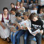 Zeitung lesen in der Volksschule Krenglbach